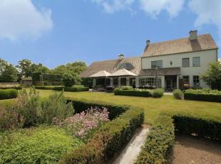 Knappe eigendom gelegen op een rustige en landelijke locatie. Dit landhuis is te bereiken via de oprijlaan met hortensia's en appolonia bomen. Dit all