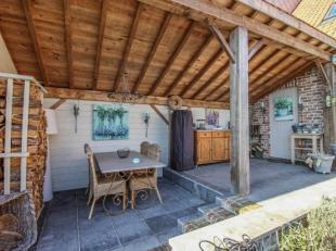 100% vernieuwde, ruime woning met gezellig wooninterieur op een uiterst rustige locatie. Indeling: inkom, indrukwekkende woonkamer, volledig ingericht