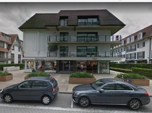 Deze autostaanplaats ligt op verdieping -2 in residentie Zoute Resort, aan de Kustlaan in hartje Zoute. Op de autostaanplaats staat een parkeerbeugel,