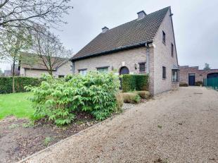Ruime woning met grote garage/magazijn van 90m². Het grondperceel is mooi rechthoekig, diep, westelijk georiënteerd en 1354m² groot.De