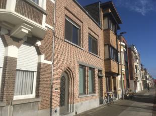 Mooie praktische en ruime woning op een boogscheut van het centrum van Sint-Niklaas en de oostelijke tangent richting Antwerpen en Gent. De woning hee