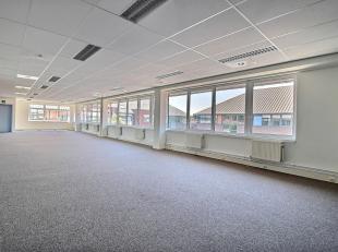 RECHTSTREEKS VAN EIGENAAR - Kantoren op de 1ste verdieping in een goed gelegen (bushalte, Ring) kantoorpark te Strombeek. 745 m² uitgerust met ve