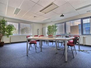 RECHTSTREEKS VAN EIGENAAR- ASTRID BUSINESS PARK te Wemmel - 339 m² kantoren. 2de verdieping. Inkomhal. Liften. 2 sanitairblokken. Keuken. Central