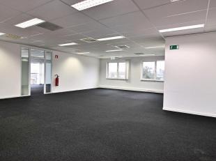 RECHTSTREEKS VAN EIGENAAR - Gelijkvloers kantoren in een goed gelegen (treinstation, E19, Ring) kantoorpark te Vilvoorde. 616 m² uitgerust met ve
