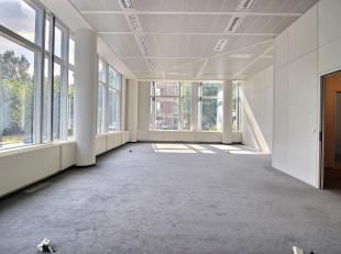 RECHTSTREEKS VAN EIGENAAR - In een standingvol kantoorgebouw (2004) : +/- 564 m² individuele kantoren op gelijkvloers. Andere gekende gebruikers.