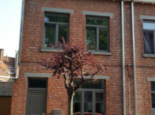 Super ligging, stapvoets naar hartje Brugge, station, winkels, en uitvalswegen.Gelijkvloers: Inkom, open keuken, eetplaats, gezellige living, berging,