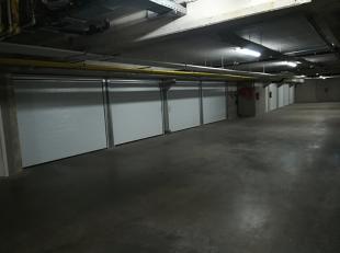 In het keldercomplex van residentie Louise I en II (Dudzeelsesteenweg 9 en Fort Lapin 19) kunt U deze droge, ruime garage heel makkelijk inrijden om z