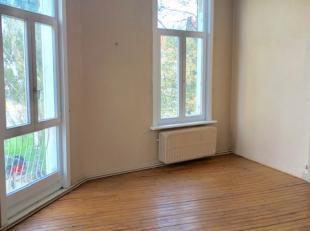 Authentiek appartementje op de 1ste verdieping in een uitstekende buurt. Het appartement is samengesteld uit een woonkamer, ruime slaapkamer, badkamer