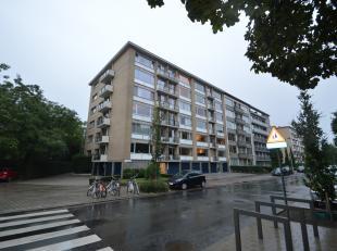 Lichtrijk appartement met 2 slaapkamers en 2 terrassen op de 5de verdieping in een goed onderhouden gebouw van 6 verdiepingen hoog. Het appartement is