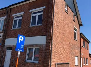 Dit ruim duplex appartement is als volgt ingedeeld :<br /> <br /> VERDIEP 1 : inkomhal/traphal, woonkamer, keuken, badkamer (douche - badkamermeubel -
