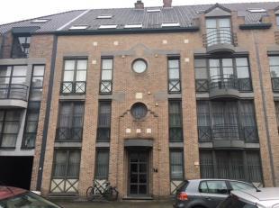 Dit gezellig dakappartement op het 4e verdiep aan de achterkant is als volgt ingedeeld :  woonkamer (+/- 5 x 3,7 m), kitchenette (fornuis - dampkap -