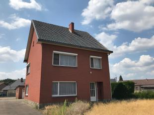 GLV: inkomhal, ruime woonkamer (+/- 4 x 9 m), geïnstalleerde keuken voorzien van een aparte eethoek, achterhal, bijplaats met toilet en badkamer