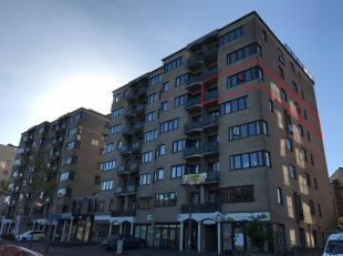 Ruime inkomhal met vestiaire kast en gastentoilet, grote woonkamer (+/- 4 x 8m), keuken met toegang tot het balkon aan de voorzijde en aansluitende be