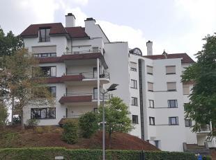 Dit zeer ruim hoekappartement is als volgt ingedeeld : grote inkomhal, gastentoilet, ruime woonkamer (+/- 10,5 x 5,5m) met toegang tot de 2 terrassen,