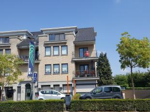 Dit zeer ruim duplex appartement is als volgt ingedeeld:<br /> VERDIEP 2 : inkomhal, gastentoilet,  grote woonkamer (+/- 44m²) met TERRAS aan voo