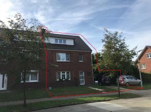 Indeling:<br /> GLV: Inkomhal met trap naar verdieping, gastentoilet, ruime woonkamer (+/- 4,5 x 8,3 m), geïnstalleerde keuken met toegang tot de