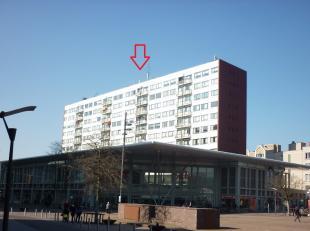 Indeling: inkomhal, ruime woonkamer (+/- 6 x 5,2 m), volledig geïnstalleerde keuken met ontbijthoek en uitgevend op het balkon aan de voorzijde,
