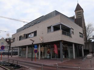Indeling:<br /> <br /> ruime winkel - of kantoorruimte (+/- 9,1 x 16,8 m) met een plafondhoogte van +/-4 m), deels geïnstalleerde keuken (+/- 5,5