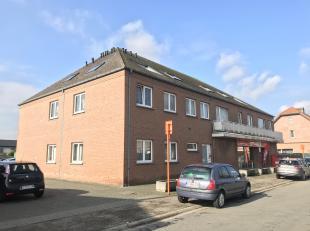 Dit ruim appartement bevindt zich op de eerste verdieping aan de linkerkant en is als volgt ingedeeld: inkomhal, grote woonkamer, deels geïnstall