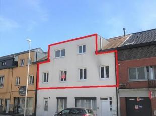 VERDIEP 1 : inkomhal, gastentoilet, ruime woonkamer (+/- 5,8 x 4,4 m) met open keuken voorzien van koelkast, oven en elektrisch vuur met dampkap<br />