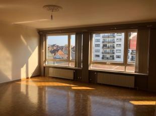 ruime inkomhal met inbouwkasten , gezellige woonkamer met veel lichtinval door de grote raampartijen (+/- 6 x 5,2 m), volledig geïnstalleerde keu