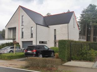 Moderne en ruime woning met 4 slaapkamers, 3 badkamers, ingerichte kelder, inpandige garage, aangelegde tuin,...<br /> <br /> De woning werd in 2007