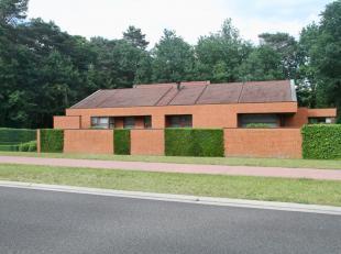 Moderne en hoogwaardig afgewerkte villa met een aangelegde tuin op 9a 54ca. <br /> <br /> Het gelijkvloers (oppervlakte: 318m2) is met degelijke mat
