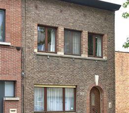 Zeer gunstig gelegen woning met 2 slaapkamers en mooie, aangename stadstuin in een aangename residentiële omgeving van Deurne-Zuid. In de onmidde