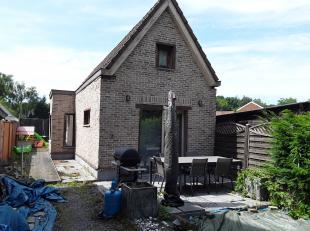 Alleenstaande woning met een open keuken, dressing, badkamer+toilet, bergruimte, grote tuin en 2 slaapkamers.<br /> De achterste bouw is aan renovatie