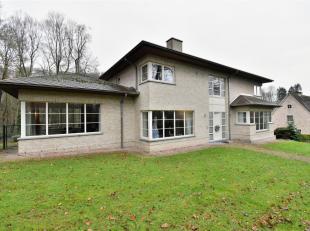 Hedendaagse Villa uit het jaar 2000 met een bewoonbare oppervlakte van +/-350m² - deze Villa bestaat uit: ruime inkomhal met plaats voor vestiair