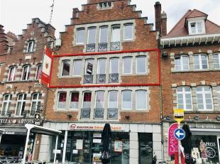 Bel appartement sur la Grand Place de Tournai comprenant hall d'entrée, living (21 m²), cuisine équipée, salle de bain, 3 ch