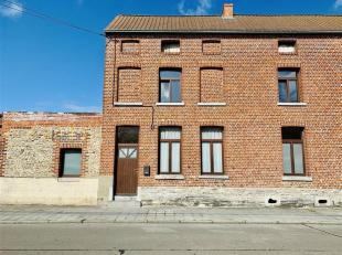 Maison 3 façades comprenant au rez-de-chaussée un salon, salle à manger, cuisine non équipée, salle de bain (bain,