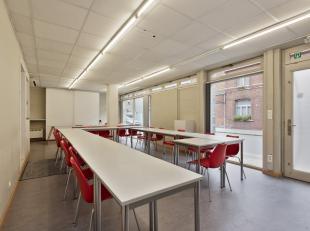 Kantoorruimte/zaal te huur op een zeer commerciële ligging in het centrum van Ruddervoorde. Deze polyvalente lichtrijke ruimte is momenteel gebru