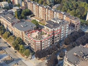 Dans le cadre verdoyant de l'avenue Franklin Roosevelt, face au bois de la Cambre, magnifique penthouse à rafraîchir, de 132m² et ag
