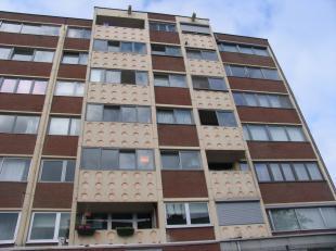 Het appartement is gelegen op de 2de verdieping. Via de inkomhal krijg je toegang tot de living, berging, badkamer en de 3 slaapkamers.De badkamer is