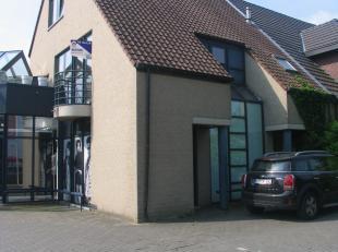 Dit centraal gelegen duplex appartement ligt langs de Hasseltweg, vlakbij het centrum van Genk waar vele winkels, restaurants en andere faciliteiten t