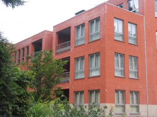 Nabij het centrum van Genk bevindt zich dit modern appartement met 2 slaapkamers. Het appartement is als volgt ingedeeld: - inkom/nachthal - toilet -
