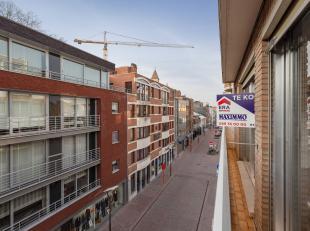 Iedereen GenktHet 3 slaapkamer-appartement is gelegen in het hartje Genk op de 3de verdieping en heeft een woonoppervlakte van 85 m². Als je buit