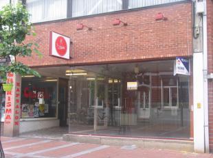 Het handelspand is gelegen aan het Stadsplein in het centrum van Genk.De totale oppervlakte is ongeveer 100 m2 en bestaat uit: een handelsruimte; een