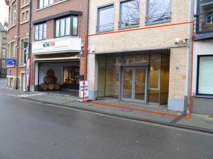 Dit handelspand is gelegen in het centrum van Bilzen.<br /> <br /> Het handelsgedeelte is ruim 270m² groot en heeft een ruim terras (47m²).
