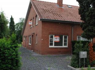 Woning -  half open bebouwing - gerenoveerd<br /> <br /> Indeling:<br /> Inkom, toilet, vestiaire, woonkamer, keuken, trap naar de verdieping, open vi