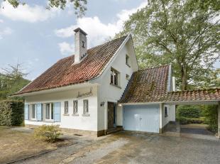 Ideaal gelegen huurvilla met apart gastenhuis gelegen in groene omgeving. Deze villa bestaat uit inkomhal met douchekamer, ruime woonkamer met nieuwe