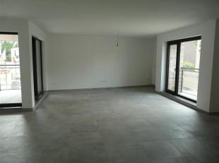 Nieuwbouw appartement, gelegen op de 2e verdieping, met een inkomhal, apart toilet, mooie ruime leefruimte met terras en ingerichte open keuken, 2 sla