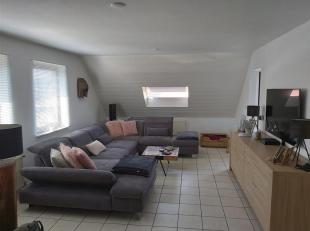 Appartement gelegen op 2 km uit het centrum van Lanaken, op de derde verdieping (geen lift aanwezig), met inkomhal, woonkamer, ingerichte keuken, 2 sl