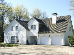 Deze villa, op een perceel van 2.927m², is gelegen in de residentiële omgeving van de villawijk 'Goudkust' in Lanaken. De villa, met een opp
