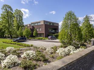 Dit recente appartement van 191m² is gelegen in het historische centrum van Rekem, vlakbij Lanaken. Het appartement beschikt over 2 slaapkamers,