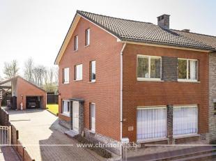 Deze zeer verzorgde gezinswoning is gelegen in een rustige woonwijk van Lanaken, op een perceel van 321m². De woning beschikt over 4 slaapkamers