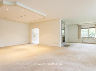 Dit riant appartement van 250m² is rustig gelegen in Villa Elisa op het Domein Pietersheim, een park van maar liefst 3,5ha in Lanaken. Het appart