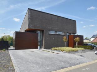 Strakke, moderne woning onder architectuur van Marc Slegers, rustig en residentieel gelegen nabij Lanaken-centrum.<br /> <br /> Recent werden er een v