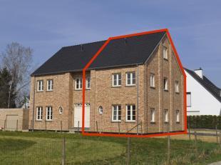 Halfvrijstaande nieuwbouw-pastorijwoning (gelegen aan de straatkant) met 3 slaapkamers, 2 badkamers.  Op een mooie en rustige locatie in Maasmechelen-